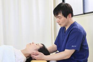 首を緩めている画像。肩こりや頭痛の方もオススメな施術です。